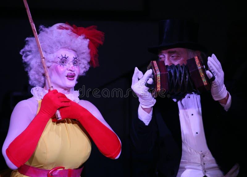 En etapa, los payasos, imitan, los cómicos, actores de la compañía de imitan el teatro imitan y payasada, el Licedei imagen de archivo libre de regalías