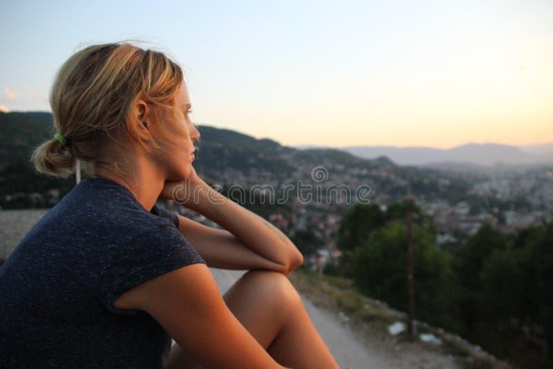 En europeisk modell med blont hår royaltyfri bild