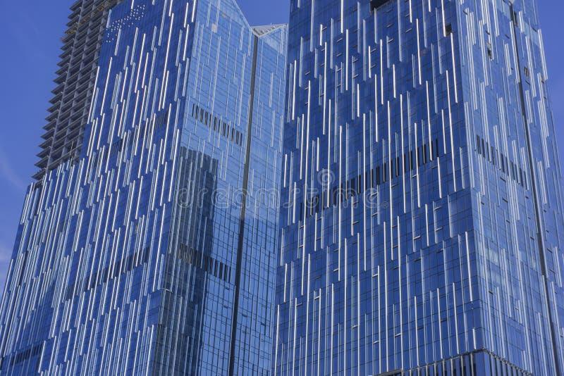 En exponeringsglasgardinvägg på den yttre yttersidan av en modern stads- byggnad fotografering för bildbyråer