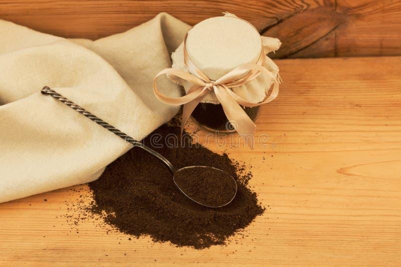En exponeringsglaskrus av jordkaffe, kropp skurar, blandat socker, olja, väsentlighet Hemlagad skönhetsmedel för skalning, brunns fotografering för bildbyråer