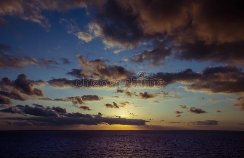 En färgglad livlig solnedgång royaltyfria bilder