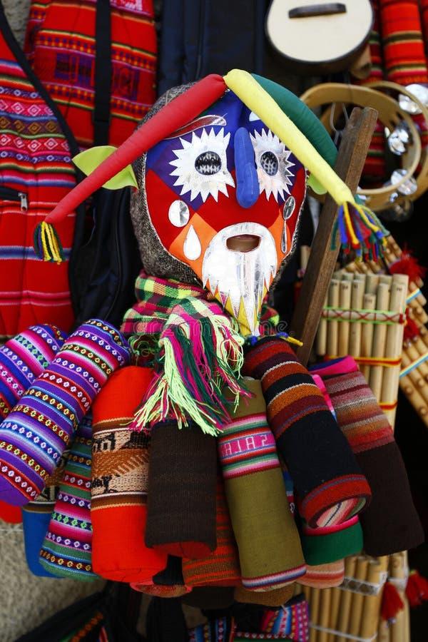 En färgglat maskering och tyg som är till salu i häxornas marknad i La Paz, Bolivia arkivbilder