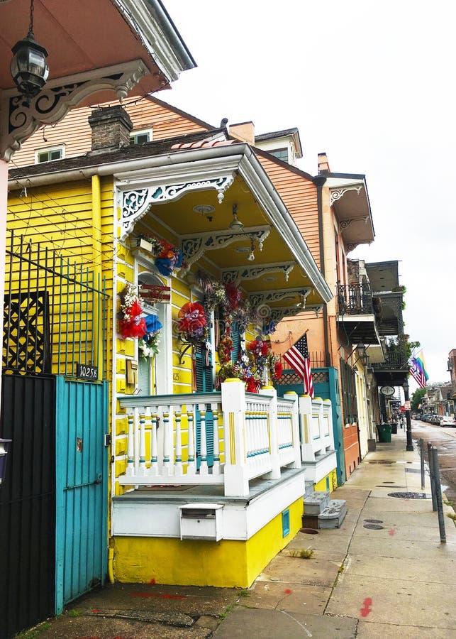En färgrik gatasikt i New Orleans royaltyfri bild