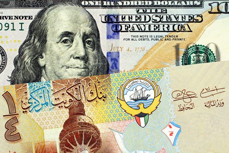 En färgrik kuwaitisk fjärdedeldinar med ett amerikanskt hundra slut för dollarräkning upp royaltyfria foton