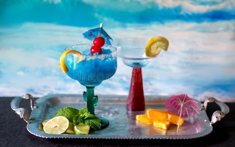 En färgrika blått fryst coctail royaltyfri fotografi
