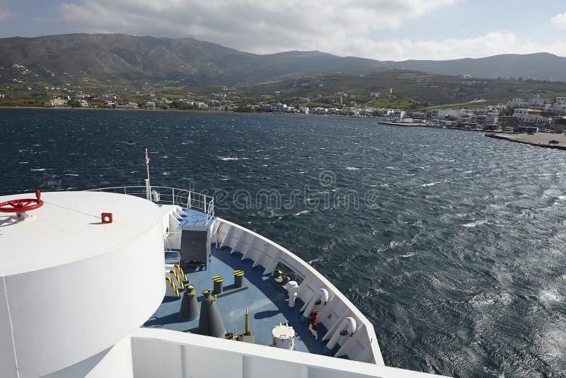 En färja ankommer på ön av andros arkivbild
