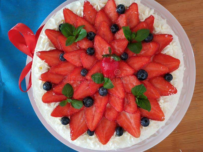 En födelsedagkaka med jordgubbar arkivfoton