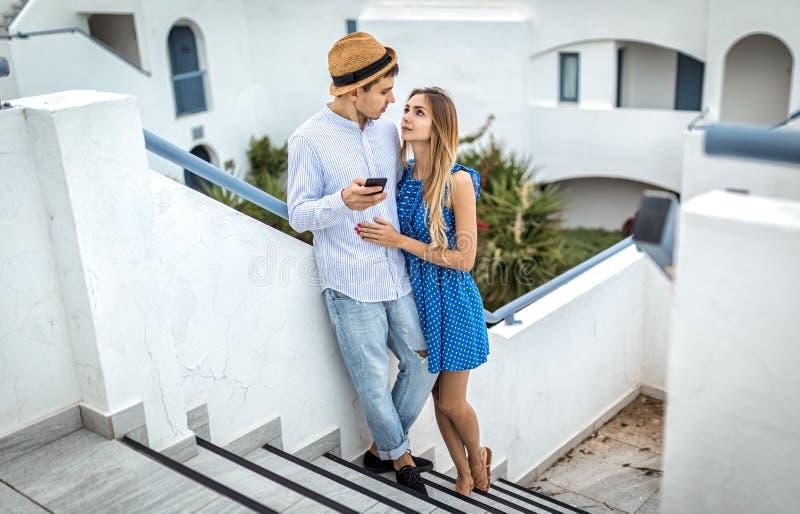 En förälskad blick för unga par in i varje - annat synar Cypern, Aten, Grekland, Italien, Thira royaltyfria foton