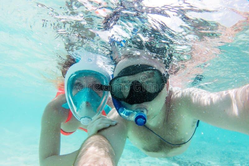En förälskad tagande selfie för par som är undervattens- i Indiska oceanen, Maldiverna royaltyfria foton