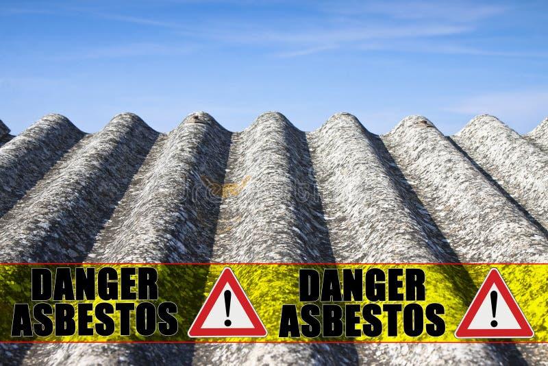 `en För asbest för meddelande`-fara som är skriftlig på ett gult band royaltyfria foton