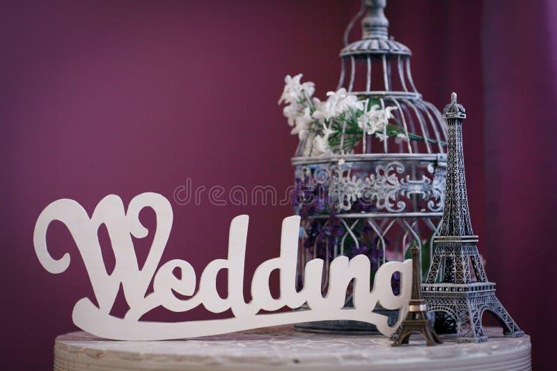 `en För ord`-bröllop som göras av vita träbokstäver royaltyfria bilder