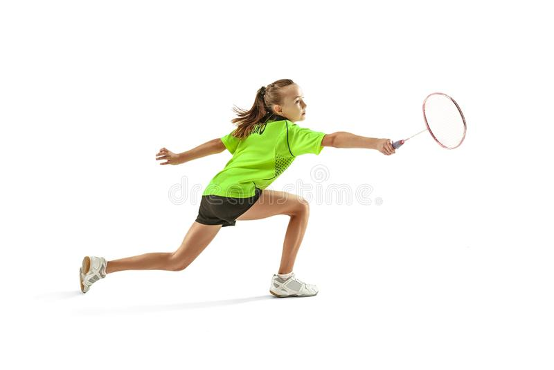 En för tonåringflicka för caucasian som ung kvinna spelar badmintonspelaren som isoleras på vit bakgrund royaltyfria bilder