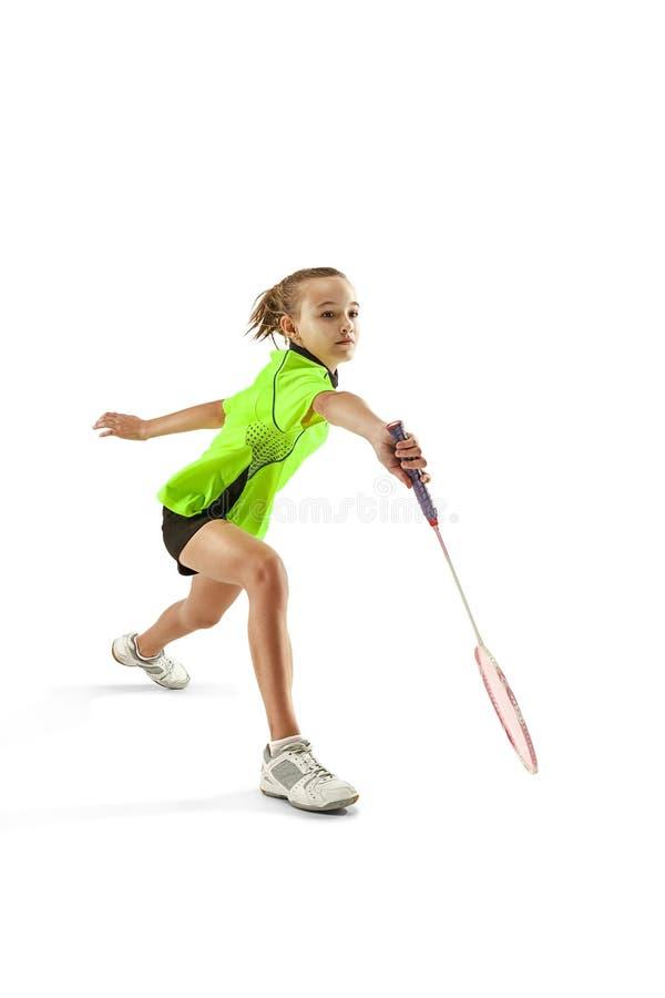 En för tonåringflicka för caucasian som ung kvinna spelar badmintonspelaren som isoleras på vit bakgrund arkivfoto