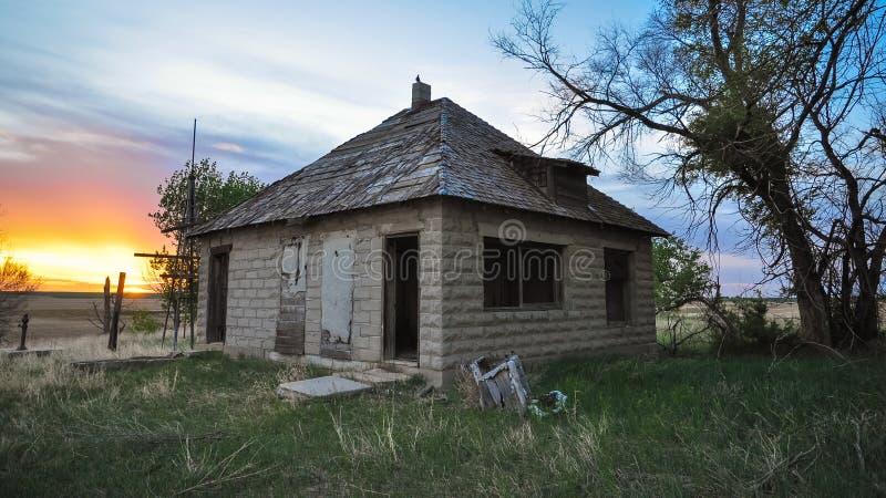 Lite hus på prärien arkivbild