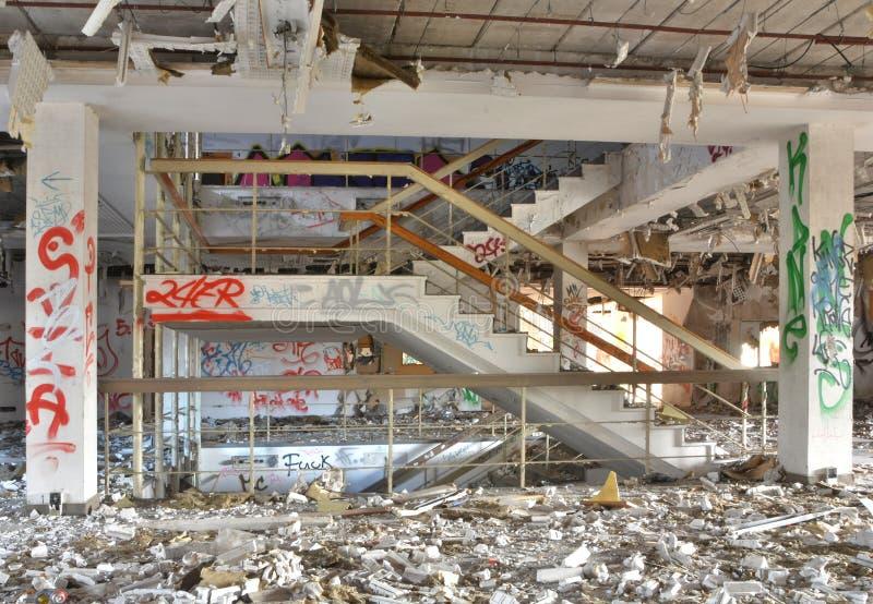 En förfallen trappuppgång arkivfoto