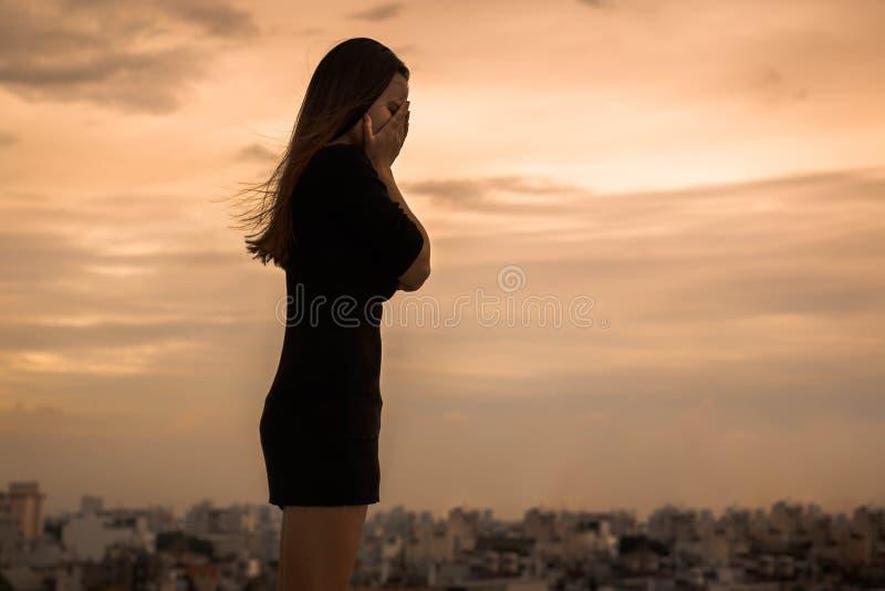En förkrossad kvinna som bara gråter i staden royaltyfri fotografi