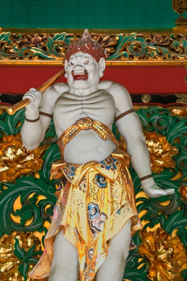 En förmyndare på den Yashamon porten på den Taiyuinbyo relikskrin royaltyfri foto