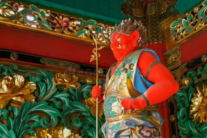 En förmyndare på den Yashamon porten på den Taiyuinbyo relikskrin i Nikko, Japan royaltyfria bilder