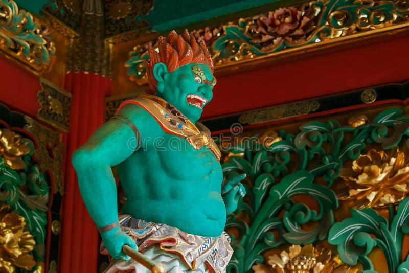 En förmyndare på den Yashamon porten på den Taiyuinbyo relikskrin i Nikko, Japan arkivbilder
