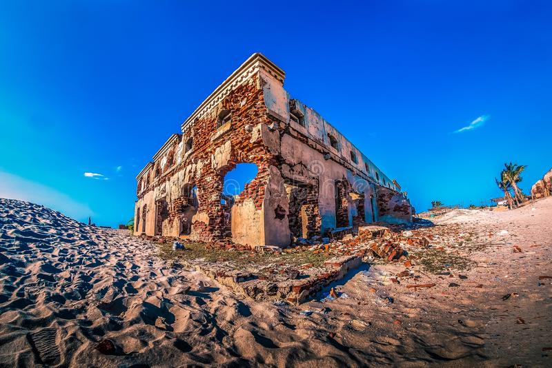 En förstörd byggnad i spökstaddhanushkodien royaltyfria foton