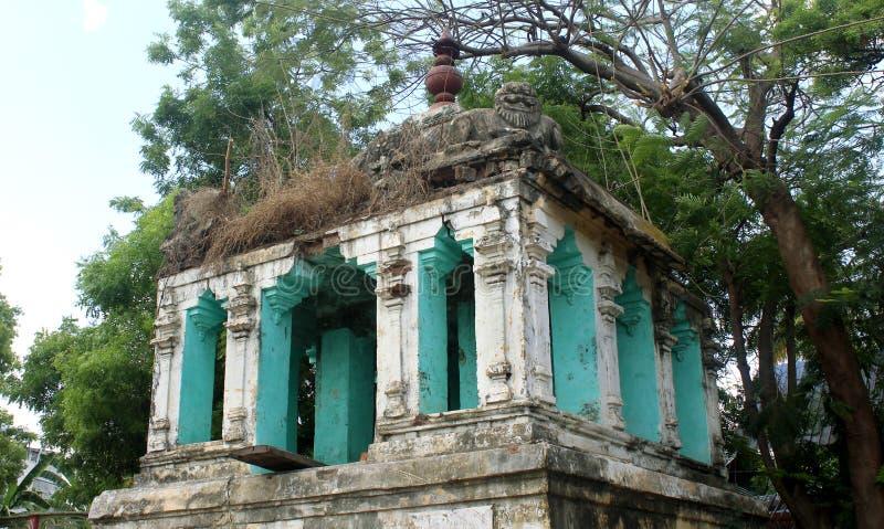 En förstörd tempelkorridor i thiruvarur royaltyfria foton