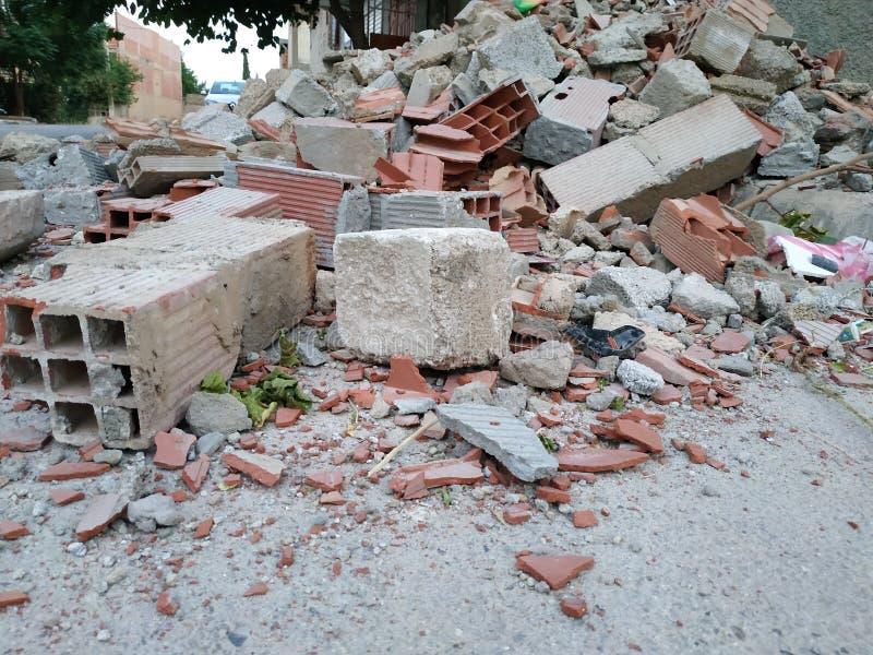 En förstörd vägg på kanten av vägen royaltyfri foto