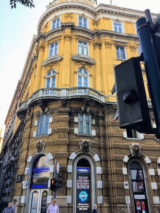 En face d'un vieux bâtiment historique et d'une entreprise de l'Admiral Automat Club, dans le centre-ville de Rijeka photos libres de droits