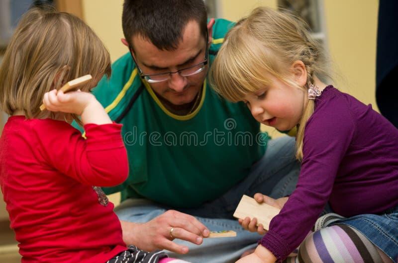 Leka toykvarter för fader med barn royaltyfri bild