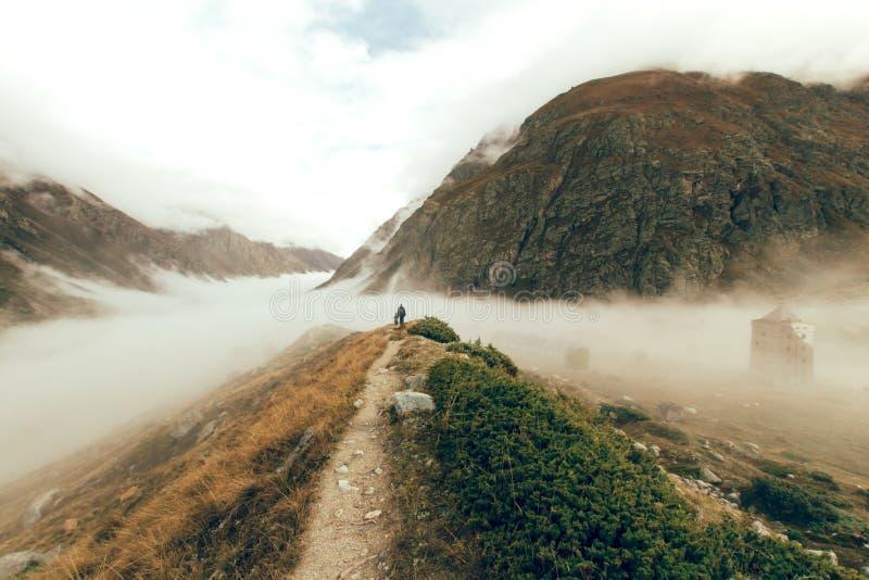 En fader med en ung son som promenerar en bana i Kaukasuset royaltyfri bild