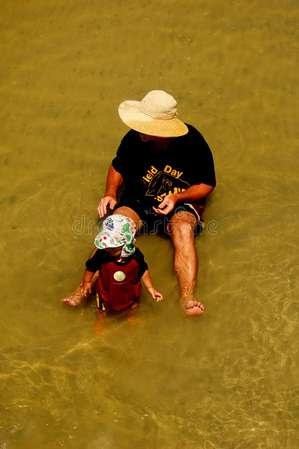 En Fader- Och Sondag På Stranden Gratis Foto