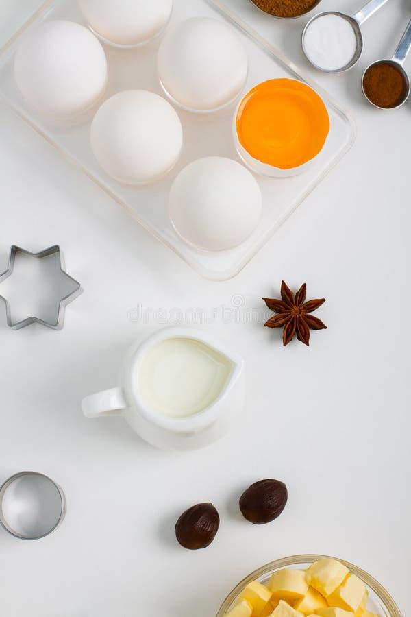En faisant cuire l'appartement de cuisson étendez la composition avec des outils de cuisine de lait d'oeufs images libres de droits