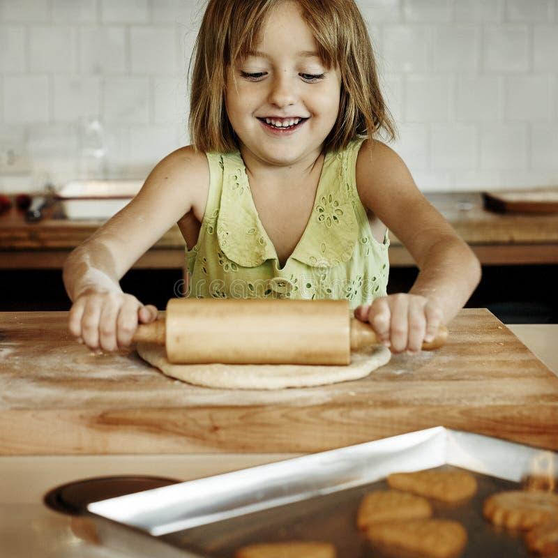 En faisant cuire la cuisson de biscuits d'enfants faites le concept cuire au four photographie stock