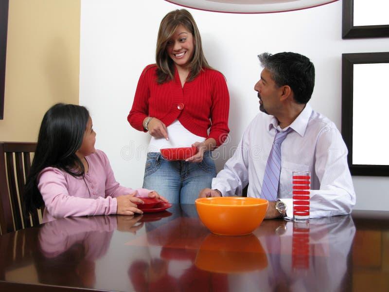 En familie die glimlacht dineert royalty-vrije stock foto's