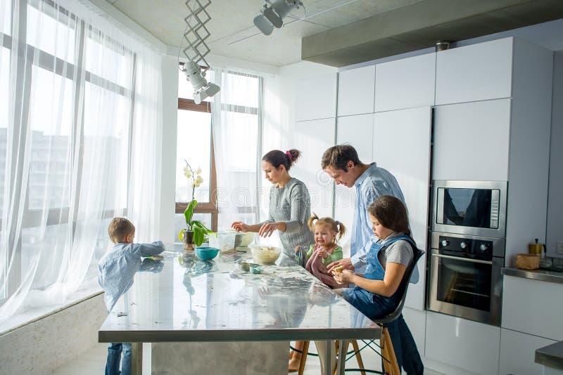 En familj av fem i köket royaltyfri foto