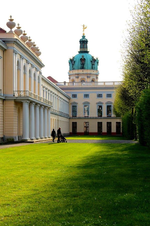 En familj går på Schloss Charlottenburg arkivbilder