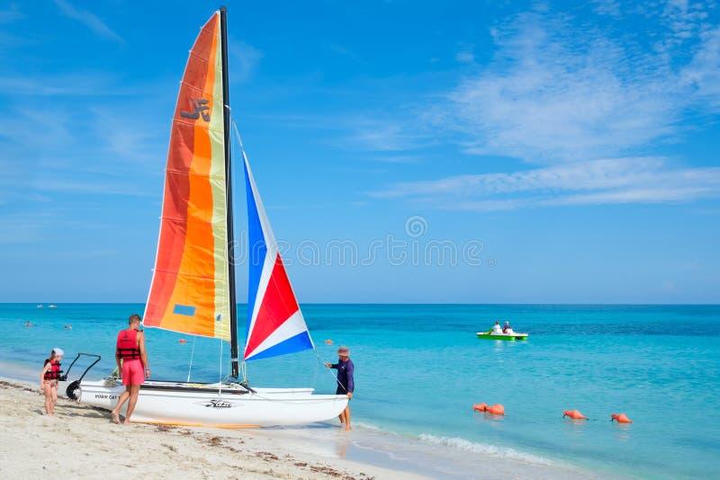 En familj rider en katamaran på den Varadero stranden i Kuba royaltyfria bilder