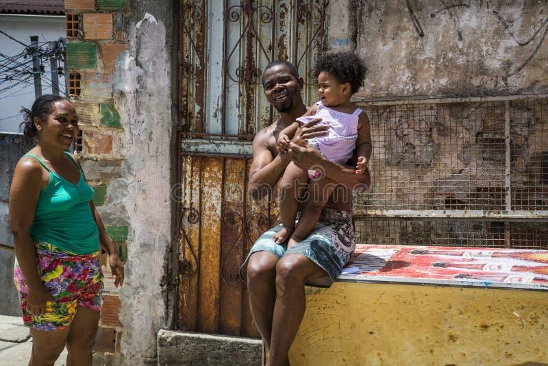 En familj som ler, Salvador, Bahia, Brasilien arkivfoton