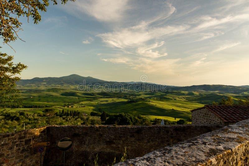 En fantastisk sikt av den Val D `en Orcia på solnedgången från Pienza royaltyfri bild