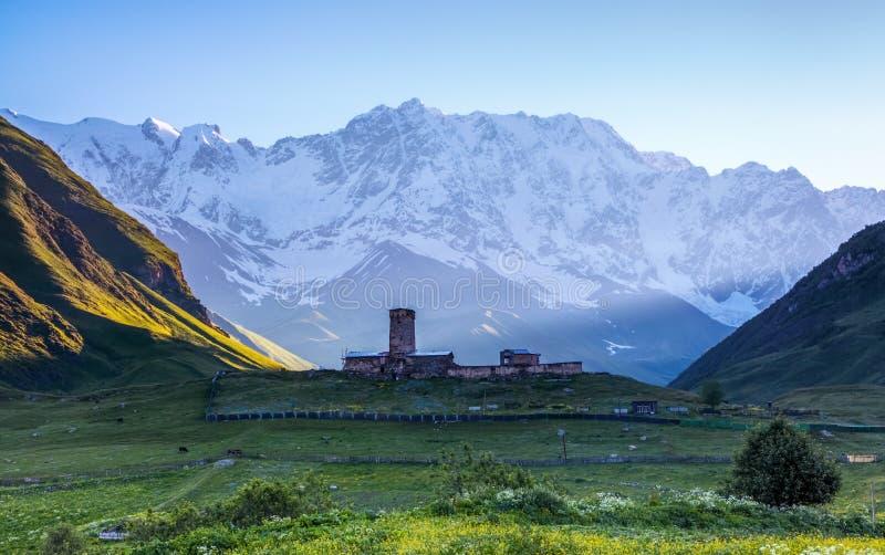En fascinerande sikt på den Ushguli byn på foten av snö-korkat royaltyfri bild