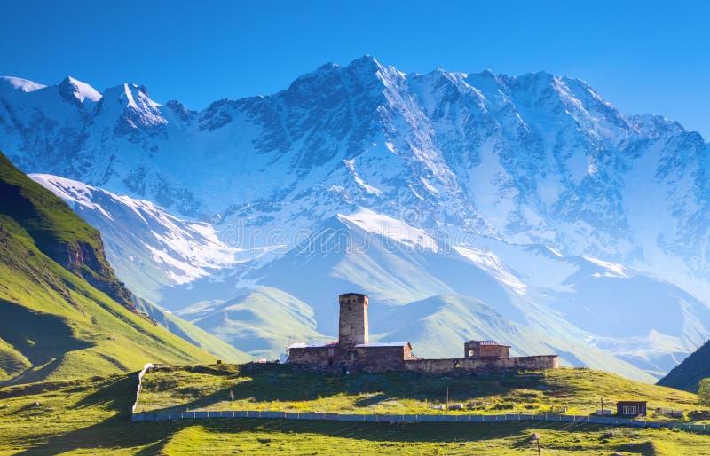 En fascinerande sikt på den Ushguli byn på foten av snö-korkat royaltyfria bilder
