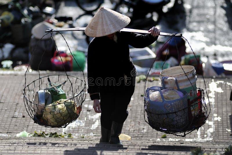 En fattig kvinna i upptagen marknad i Vietnam royaltyfria foton