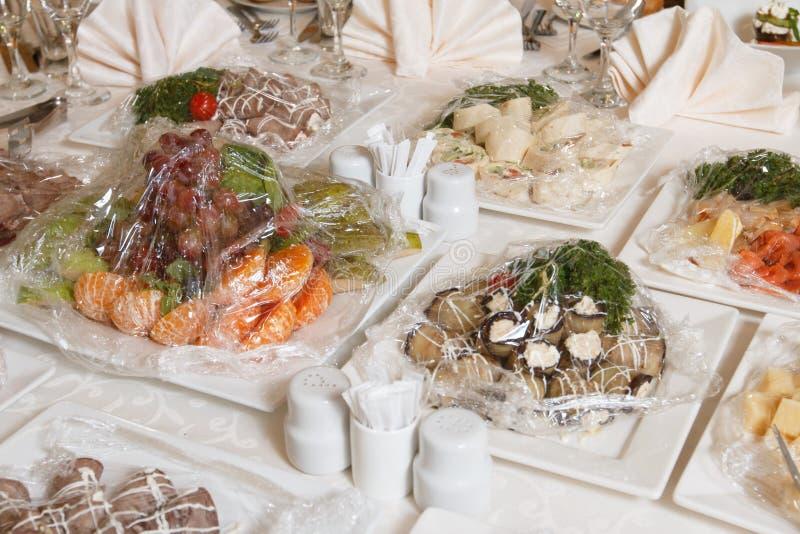 En festlig tabell i restaurangen fotografering för bildbyråer