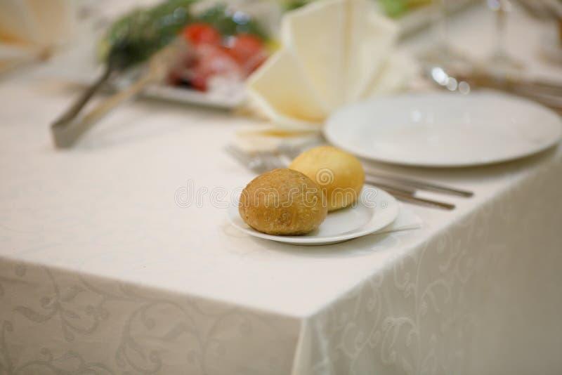 En festlig tabell i restaurangen royaltyfria bilder