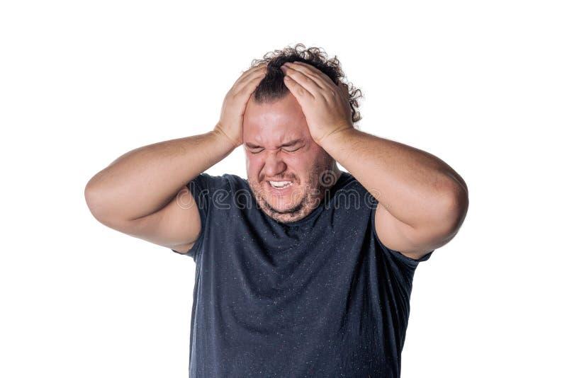 En fet man har hög blodtryck och huvudvärk Övervikt och hälsoproblem arkivfoto