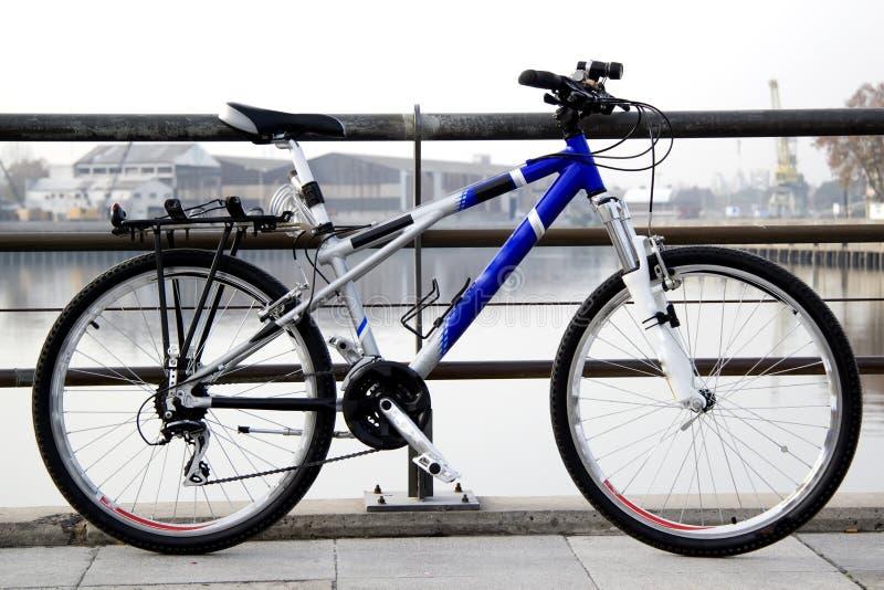 En fiets die leunt rust stock foto's
