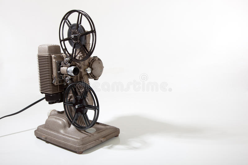 En tappningfilmprojektor på en vitbakgrund med kopierar utrymme arkivbild