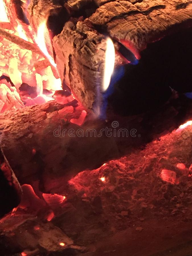 En fin logg mot elden med röda ögon fotografering för bildbyråer