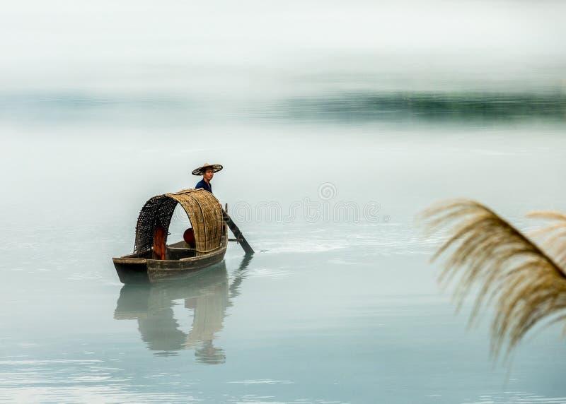 En fiskare av Misty Small Dongjiang royaltyfri bild