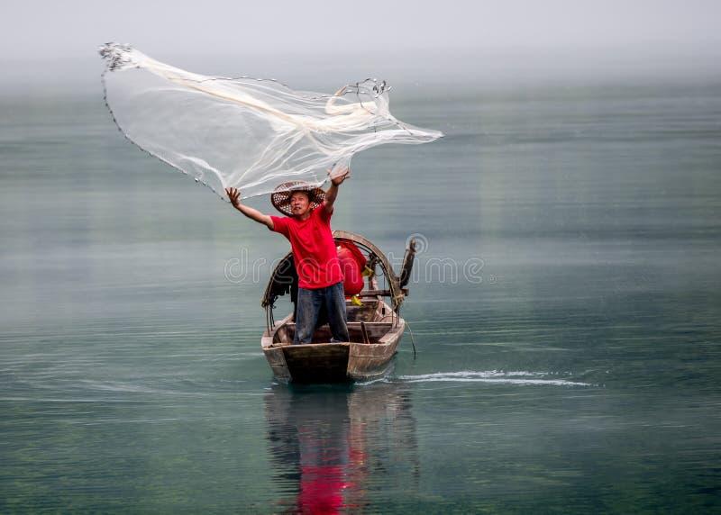 En fiskare av Misty Small Dongjiang fotografering för bildbyråer