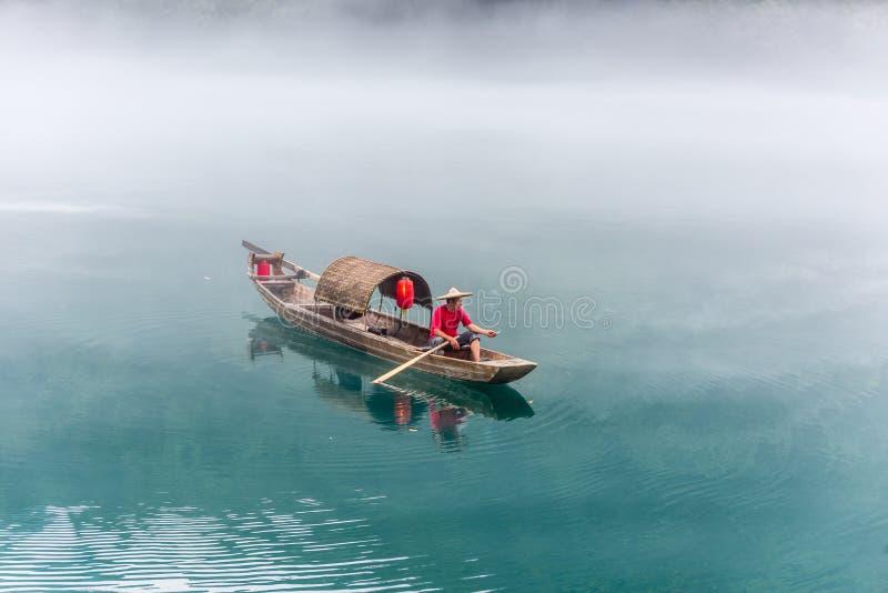En fiskare av Misty Small Dongjiang arkivfoton
